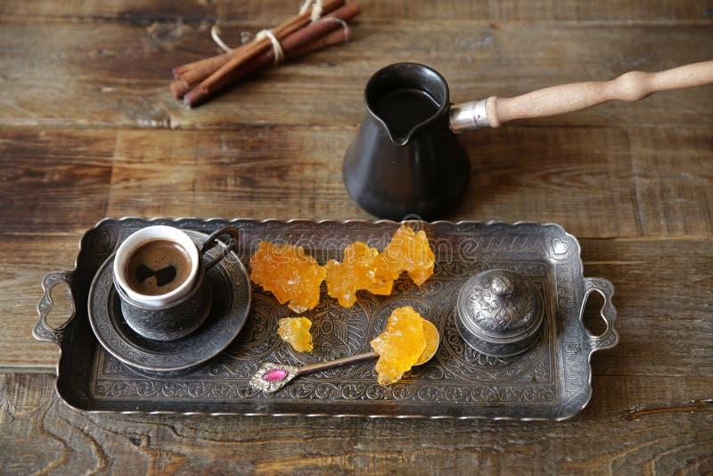 Turecka kawa w filiżankach z rocznika wzorem z cezve na drewnianym wieśniaka stole i cukierkach 1 ?ycie wci?? fotografia stock