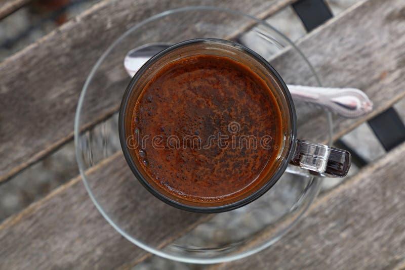Turecka kawa w szklanym filiżanki zakończeniu w górę odgórnego widoku fotografia royalty free