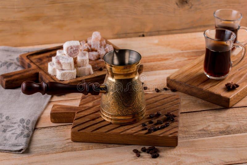 Turecka kawa w tradycyjnego embossed metalu turka Gorący tureckiej kawy garnek na drewnianym stole aromata napoju napój zdjęcie stock