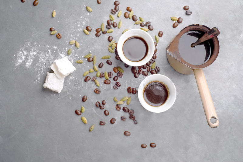 Turecka kawa z kawowymi fasolami i kardamonem rozpraszał na rocznika tle zdjęcia stock