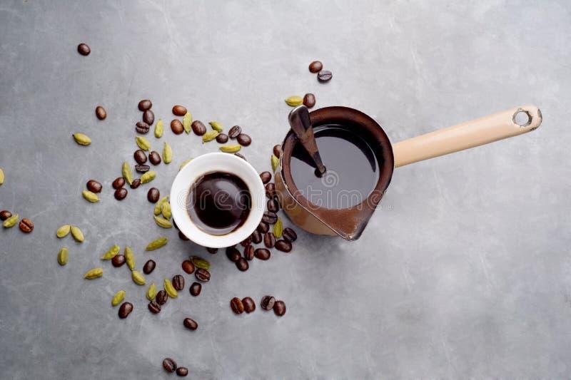 Turecka kawa z kawowymi fasolami i kardamonem rozpraszał na rocznika tle zdjęcie stock