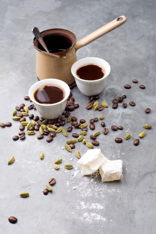 Turecka kawa z kawowymi fasolami i kardamonem rozpraszał na rocznika tle obraz royalty free