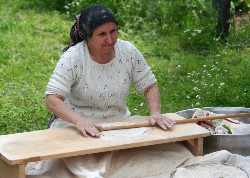 Turecka kobieta robi tradycyjnemu Tureckiemu chlebowemu Yufka fotografia royalty free