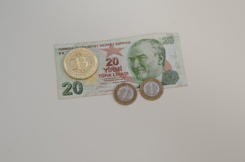 Turecka pieniądze i bitcoin moneta Turcja i cryptocurrency pojęcie Na biel obrazy royalty free
