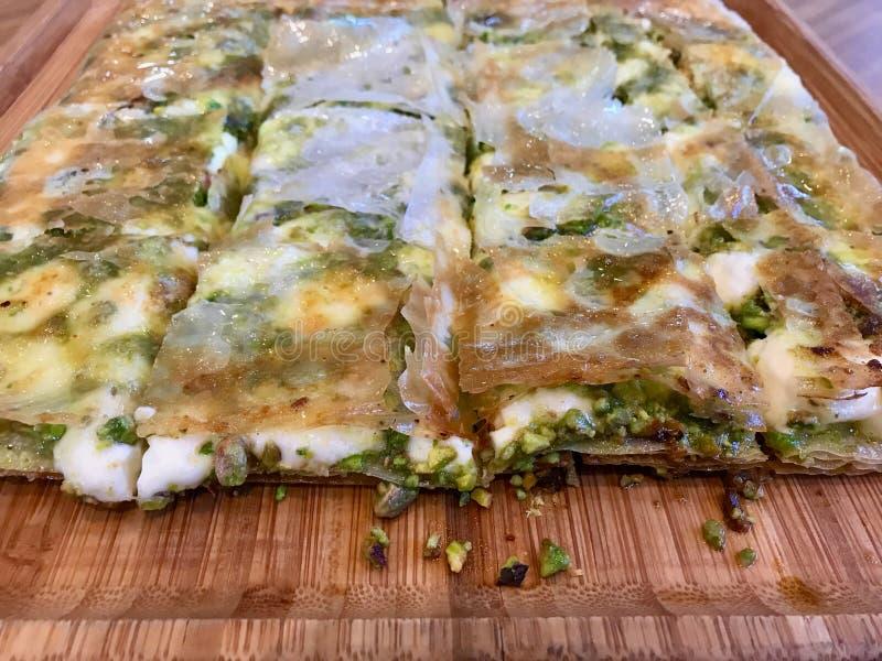 Turecki Deserowy Katmer z pistacja proszkiem od Gaziantep regionu Przygotowywaj?cym z/Crispy Cienkim ciastem i Krzepn Kremowym se zdjęcia stock