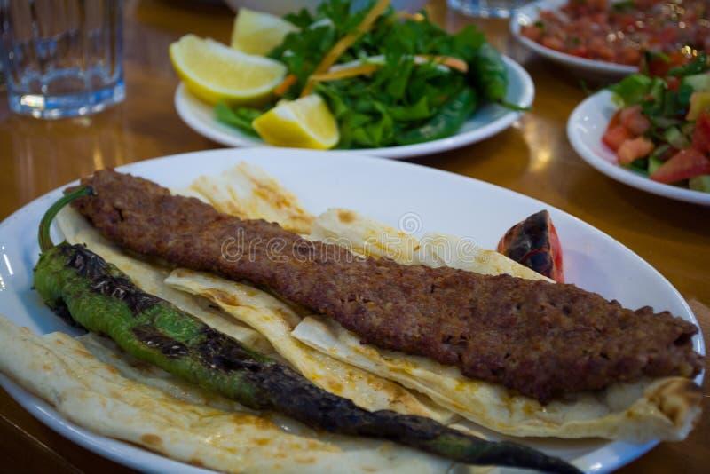 Turecki foods Adana kebab na talerzu zdjęcia royalty free