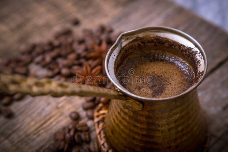 Turecki garnek nad kawowymi fasolami fotografia royalty free