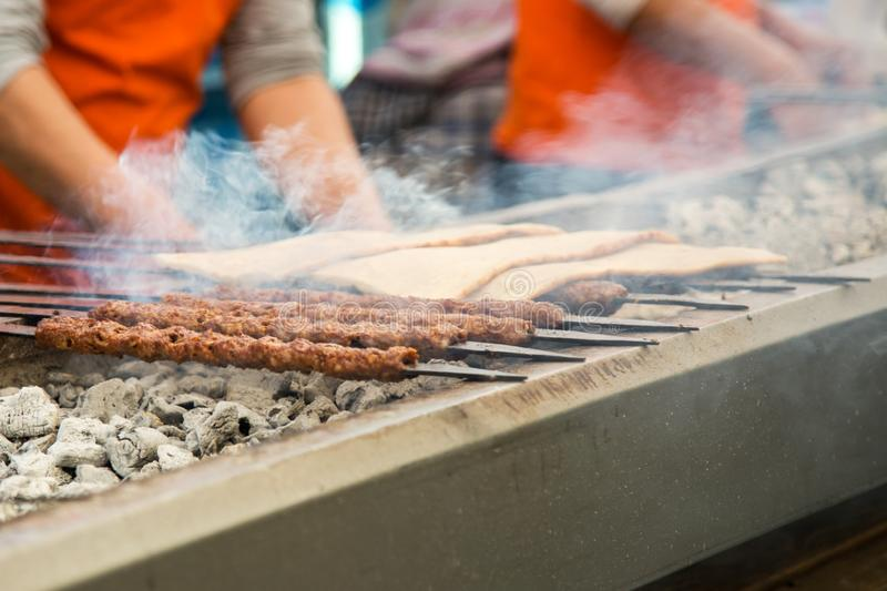 Turecki kebab, Adana kebab na grillu zdjęcie stock