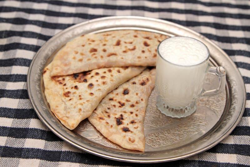 Turecki kuchni gozleme i jogurtu napoju ayran obrazy royalty free