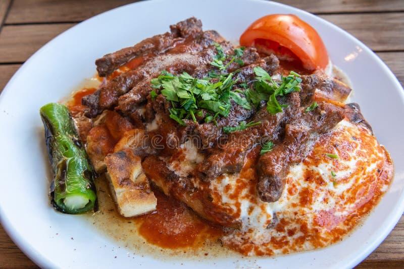 Turecki manisa kebap słuzyć na pita chlebie zdjęcia stock