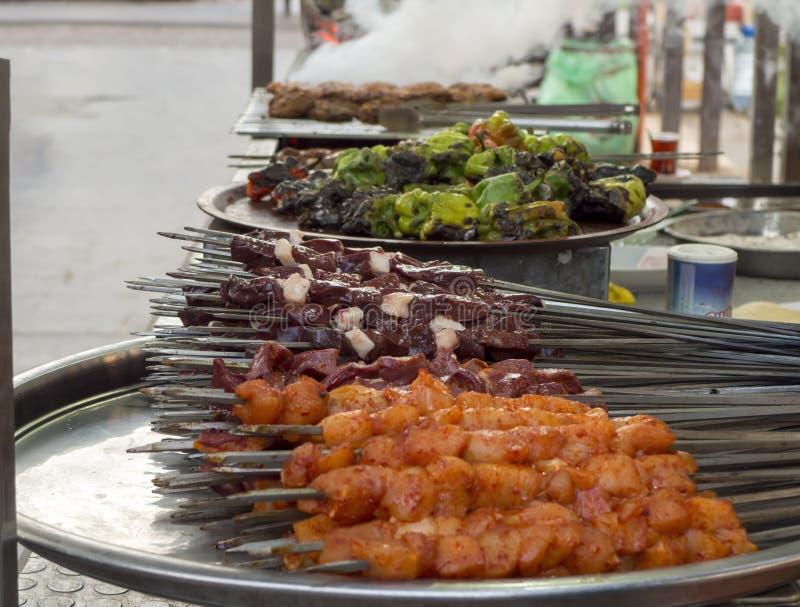 Turecki shish kebab na ulicie wątróbka, kurczak, klopsiki i pieprz na kontuarze, fotografia stock