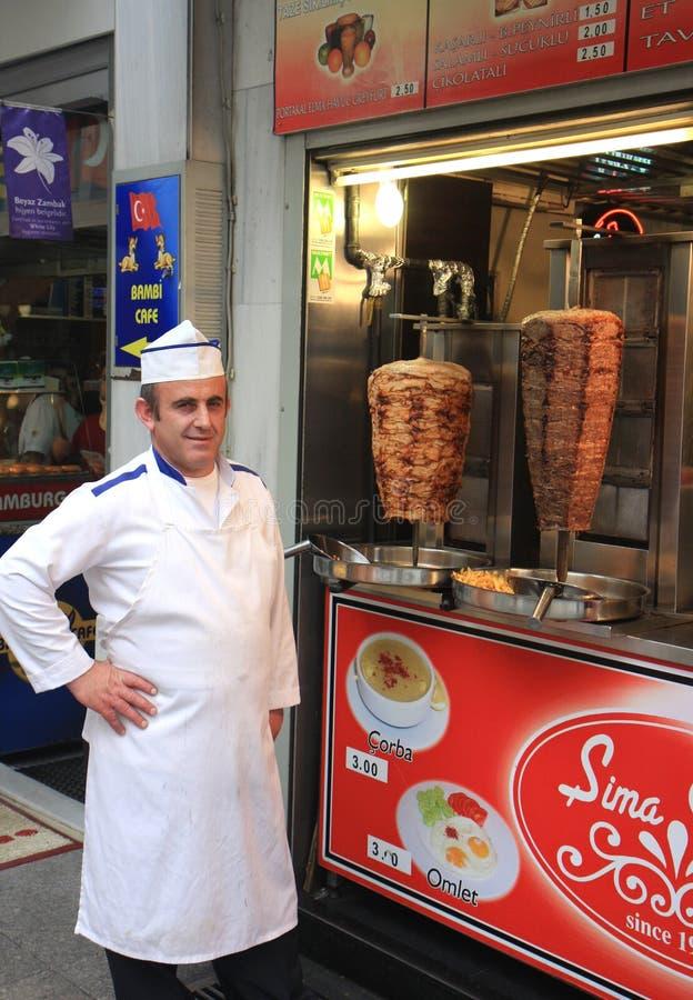 Turecki szef kuchni pozuje z jego Doner Kebabs obraz royalty free