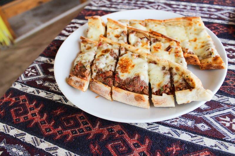 Turecki tradycyjny karmowy pide, chleb z mięsem i ser, obrazy royalty free
