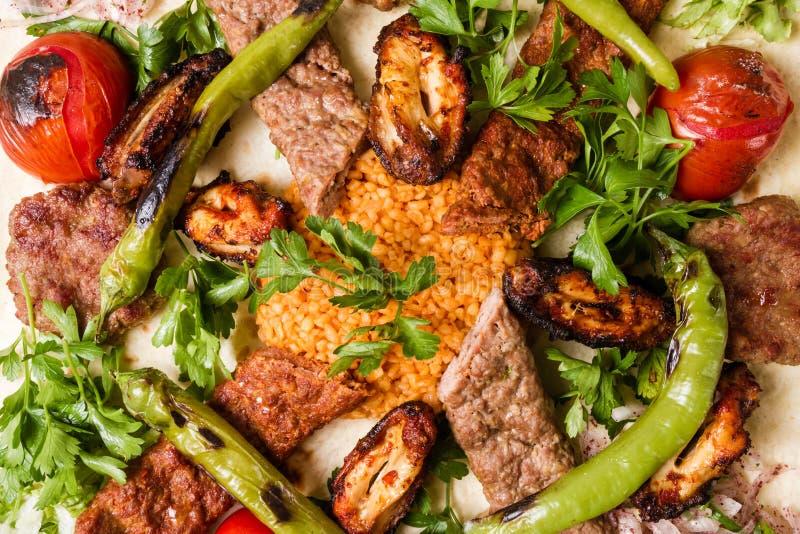 Turecki Tradycyjny Mieszany Kebabu talerz z Adana Keb i kurczakiem fotografia royalty free