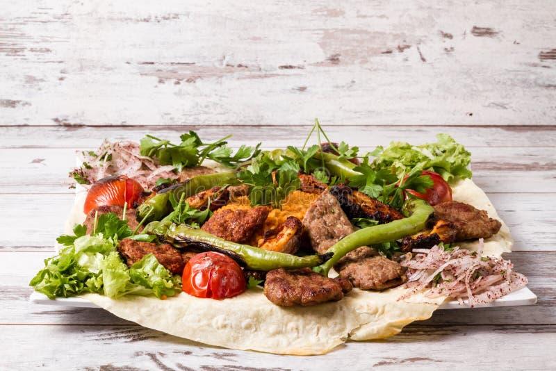 Turecki Tradycyjny Mieszany Kebabu talerz z Adana Keb i kurczakiem zdjęcie stock