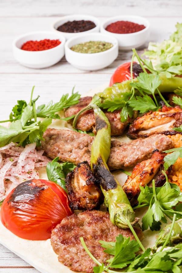 Turecki Tradycyjny Mieszany Kebabu talerz z Adana Keb i kurczakiem fotografia stock