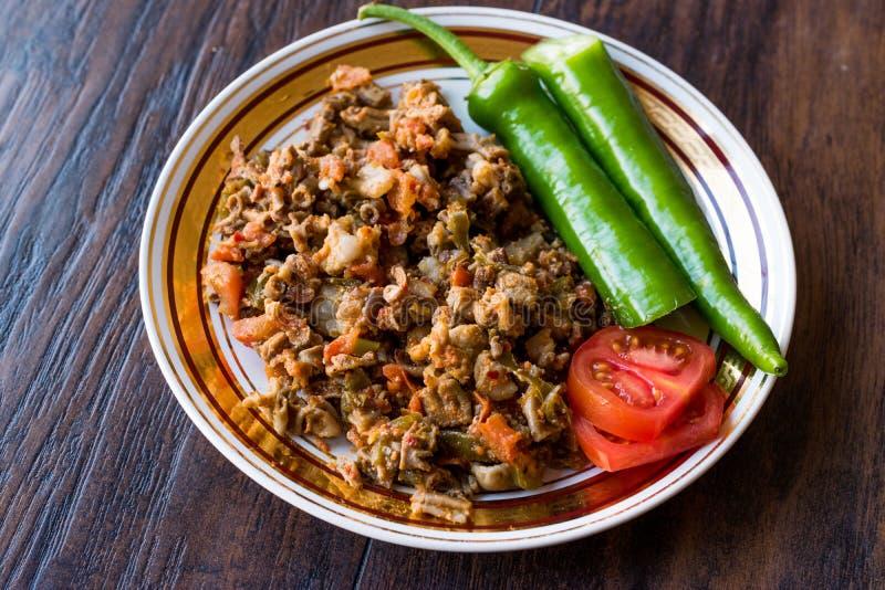 Turecki Uliczny Karmowy Kokorec z Pomidorowym i Zielonym pieprzem Porcja cakli kiszka obrazy royalty free