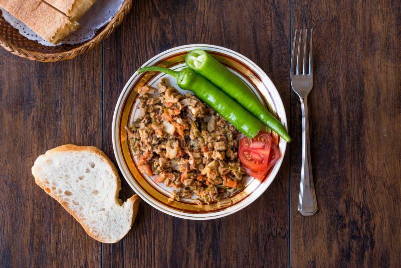 Turecki Uliczny Karmowy Kokorec z Pomidorowym i Zielonym pieprzem Porcja cakli kiszka zdjęcie stock