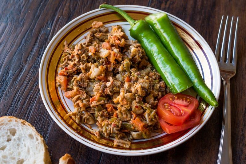 Turecki Uliczny Karmowy Kokorec z Pomidorowym i Zielonym pieprzem Porcja cakli kiszka fotografia stock