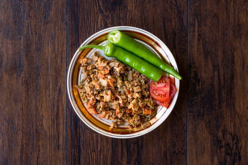 Turecki Uliczny Karmowy Kokorec z Pomidorowym i Zielonym pieprzem Porcja cakli kiszka zdjęcie royalty free