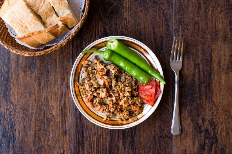 Turecki Uliczny Karmowy Kokorec z Pomidorowym i Zielonym pieprzem Porcja cakli kiszka zdjęcia royalty free