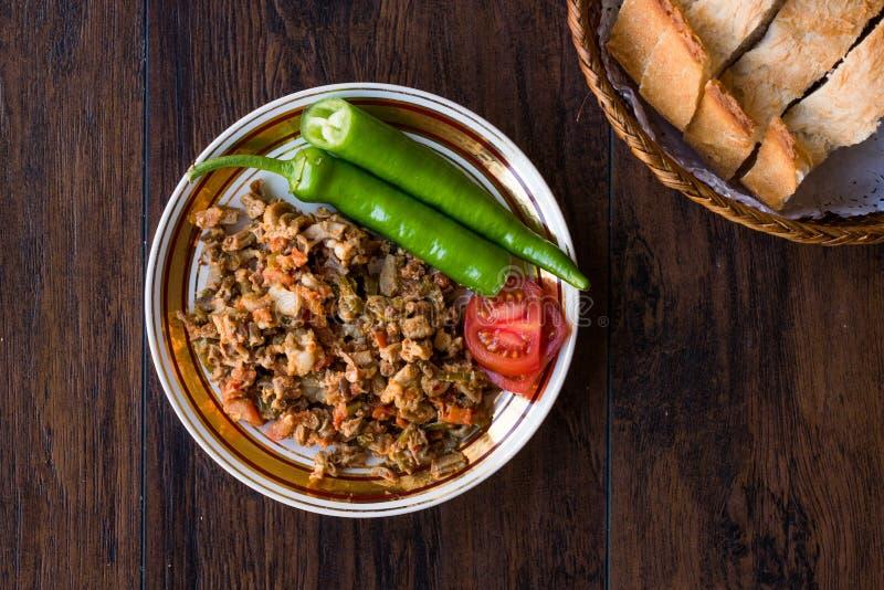 Turecki Uliczny Karmowy Kokorec z Pomidorowym i Zielonym pieprzem Porcja cakli kiszka fotografia royalty free