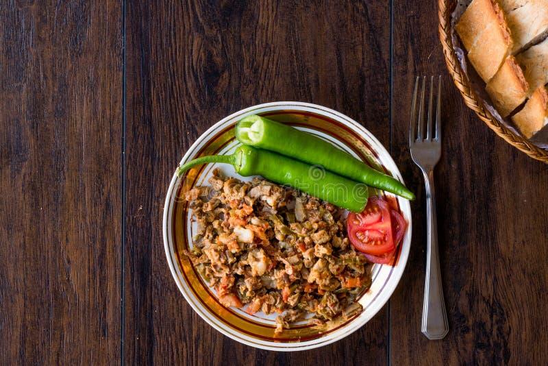Turecki Uliczny Karmowy Kokorec z Pomidorowym i Zielonym pieprzem Porcja cakli kiszka obraz royalty free