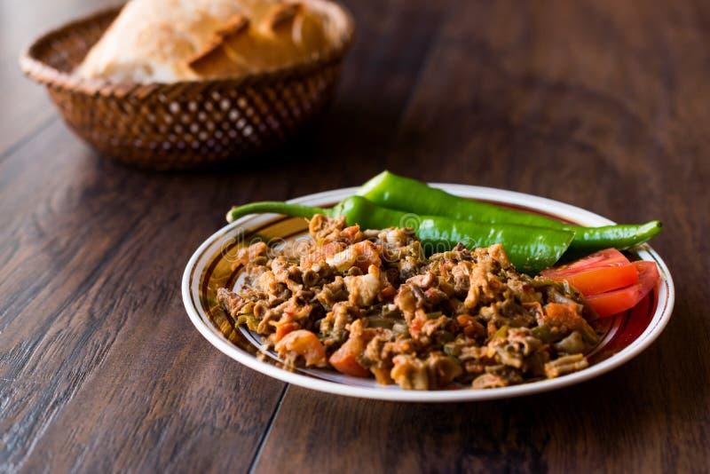 Turecki Uliczny Karmowy Kokorec z Pomidorowym i Zielonym pieprzem Porcja cakli kiszka zdjęcia stock