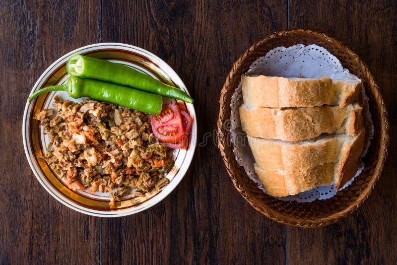 Turecki Uliczny Karmowy Kokorec z Pomidorowym i Zielonym pieprzem Porcja cakli kiszka obrazy stock