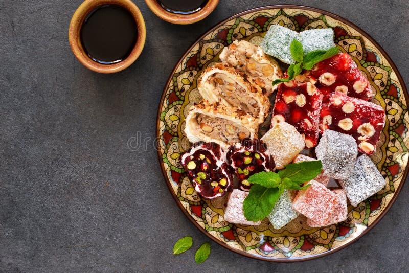 Turecki zachwyt tradycyjny cukierków turkish Loukum i kawa obraz stock