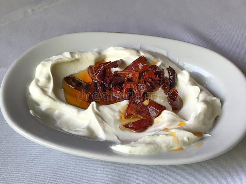 Turecki zakąska atom Smażył Suchego Czerwonego pieprzu z jogurtem, yoghur/ obraz stock