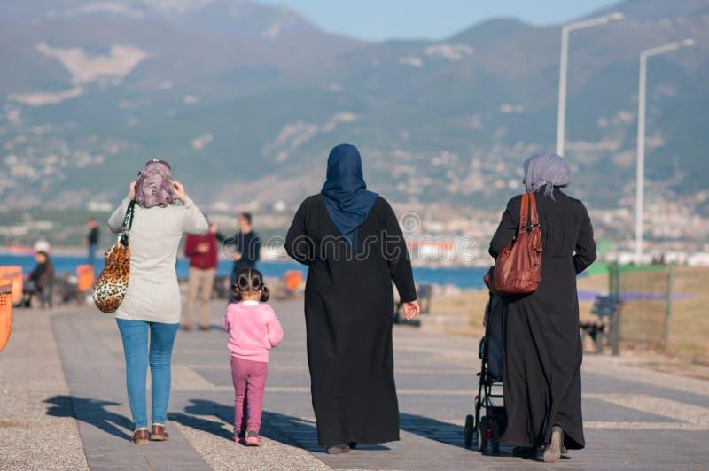 Tureckie kobiety w obywatelu smokingowym i dziewczyny odprowadzeniu wzdłuż bulwaru troszkę zdjęcia royalty free