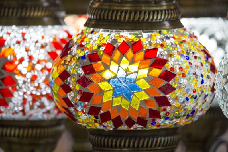 Tureckie kolorowe lampy z szklanymi mozaikami dla sprzedaży na bazarze, tradycyjny wykonujący ręcznie w Turcja obraz royalty free