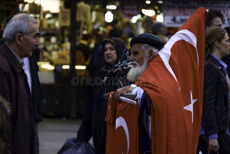 Tureckie mężczyzna sprzedawania flaga na ulicie. zdjęcia royalty free