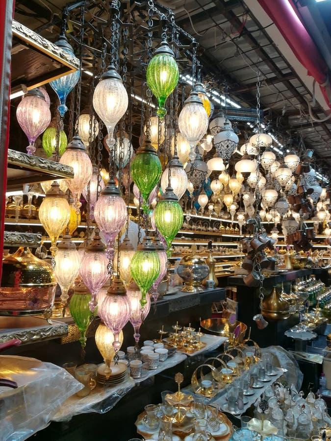 Tureckie otomanu stylu lampy i antyki przy globalną wioską w Dubaj obrazy royalty free