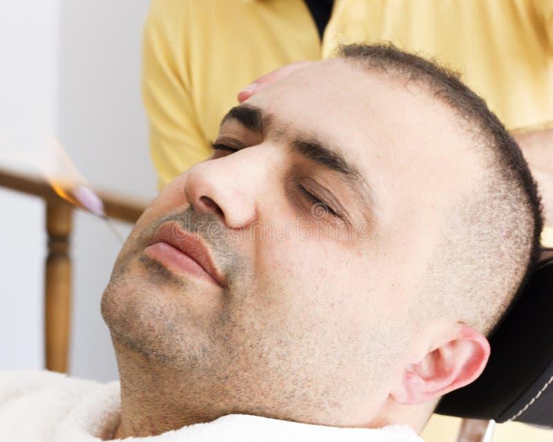 Tureckiego fryzjera męskiego uszaty włosiany usunięcie palić ogienia obrazy stock