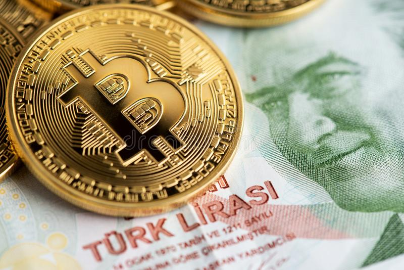 Tureckiego lira banknoty i Bitcoin Cryptocurrency monety fotografia royalty free