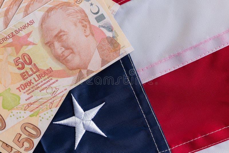 Tureckiego lira banknoty na Stany Zjednoczone flaga obrazy stock