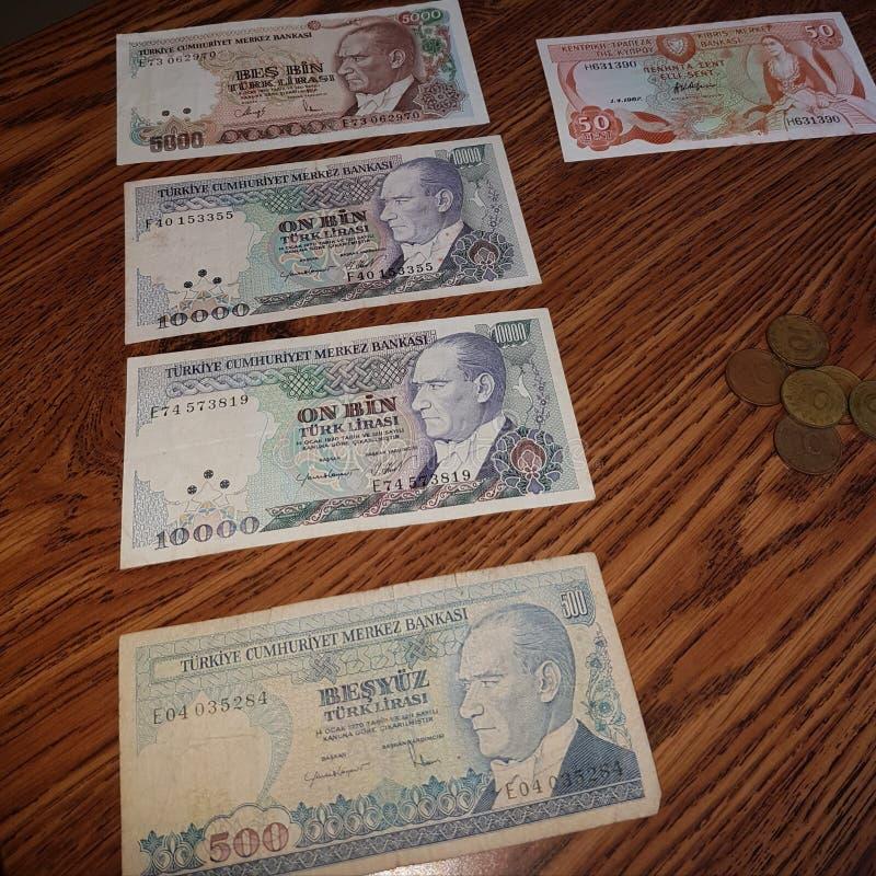 Tureckiego lira pieniądze na stole fotografia stock