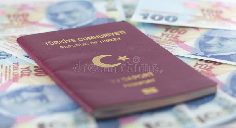 Tureckiego mieszkana jawny paszport i Tureckiego lira banknoty zdjęcia stock