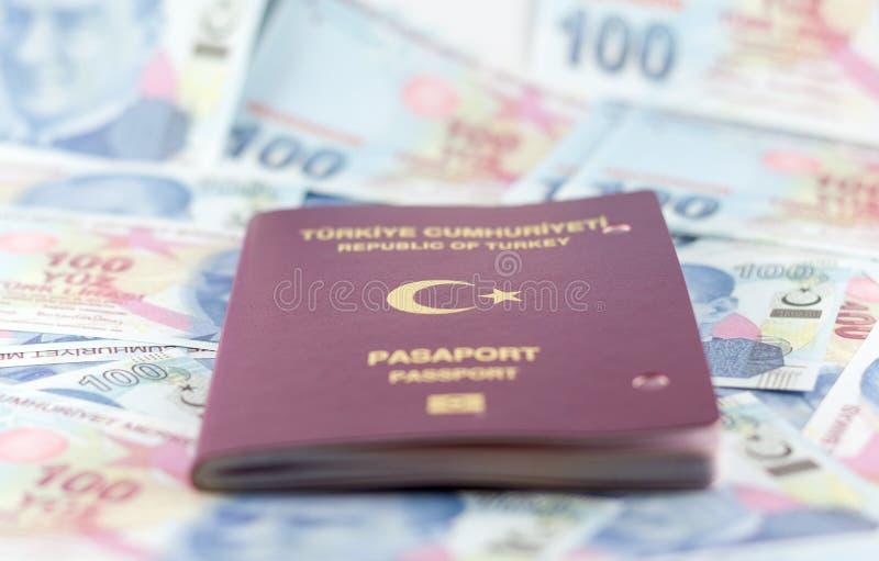 Tureckiego mieszkana jawny paszport i Tureckiego lira banknoty fotografia royalty free