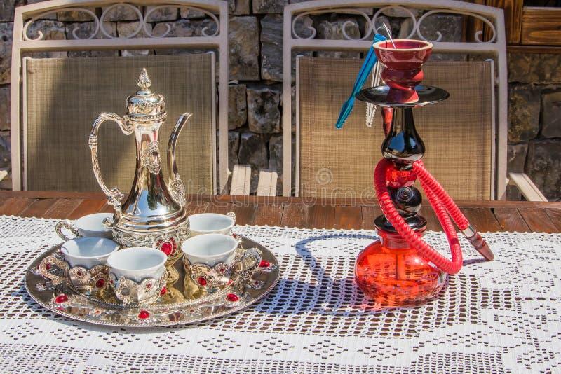 Tureckiej kawy set i szkła shisha nargila obraz stock