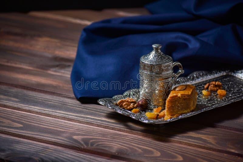 Tureckiej kawy Turecki zachwyt Asortowane dokrętki i cukierki na talerzu fotografia stock