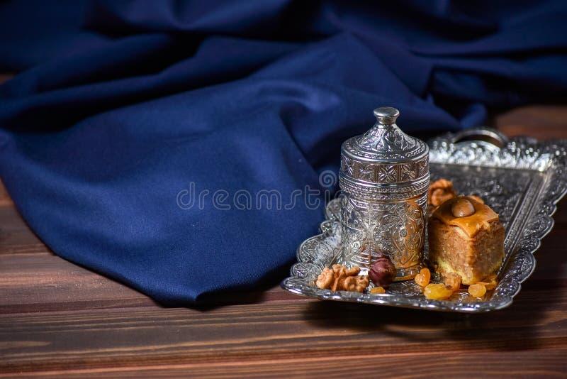 Tureckiej kawy Turecki zachwyt Asortowane dokrętki i cukierki na talerzu fotografia royalty free