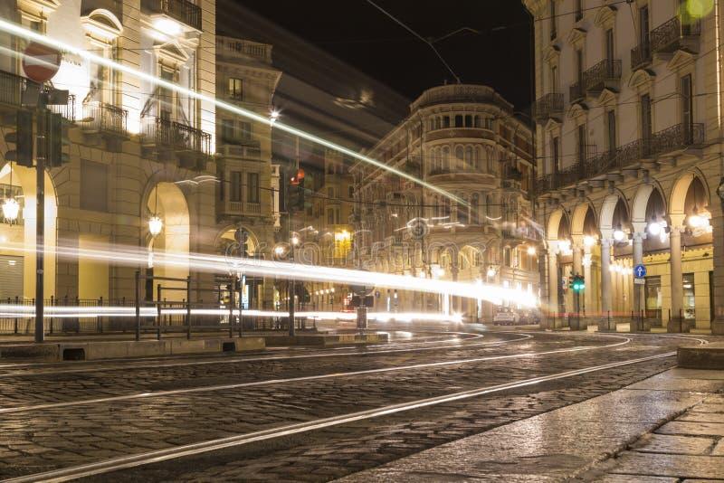 Turijn in de nacht, Tram steekt effetcs aan stock foto's