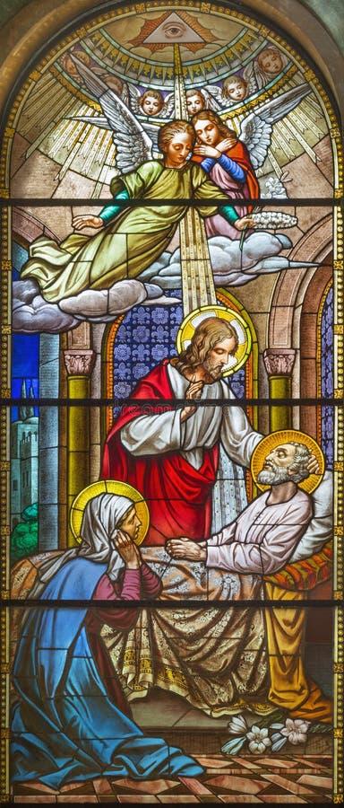 TURIJN, ITALIË - MAART 15, 2017: De dood van St Joseph op het gebrandschilderde glas van kerkbasiliek Maria Ausiliatrice stock afbeeldingen