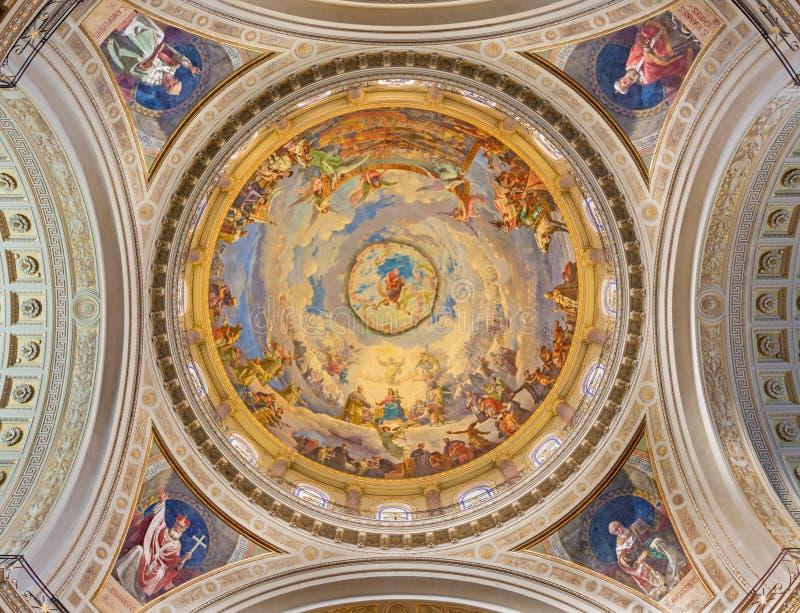 Turijn - Koepel met de fresko van Slag van Lepanto in 1571 binnen en Mary Help van Christenen in kerkbasiliek Maria Ausiliatrice stock afbeelding