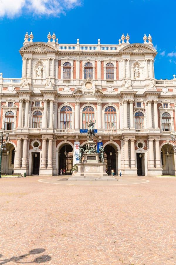 Turijn, Piemonte, Italië, 19 Augustus 2017 Voorgevel van Palazzo Cari stock foto's