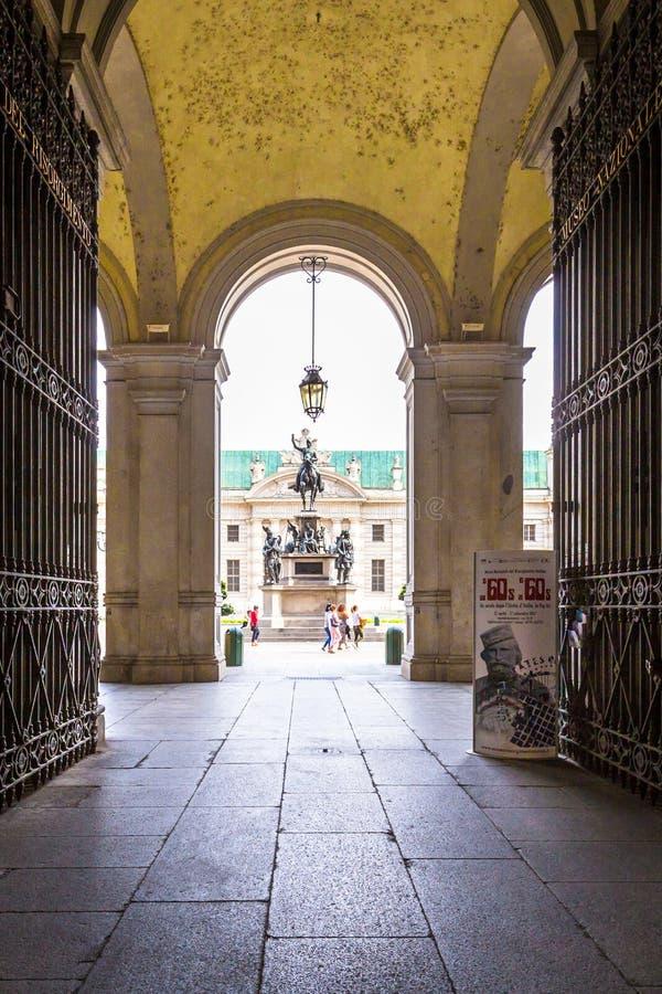 Turijn, Piemonte, Italië, 06 September 2017 Voorgevel van Palazzo-Auto royalty-vrije stock afbeeldingen