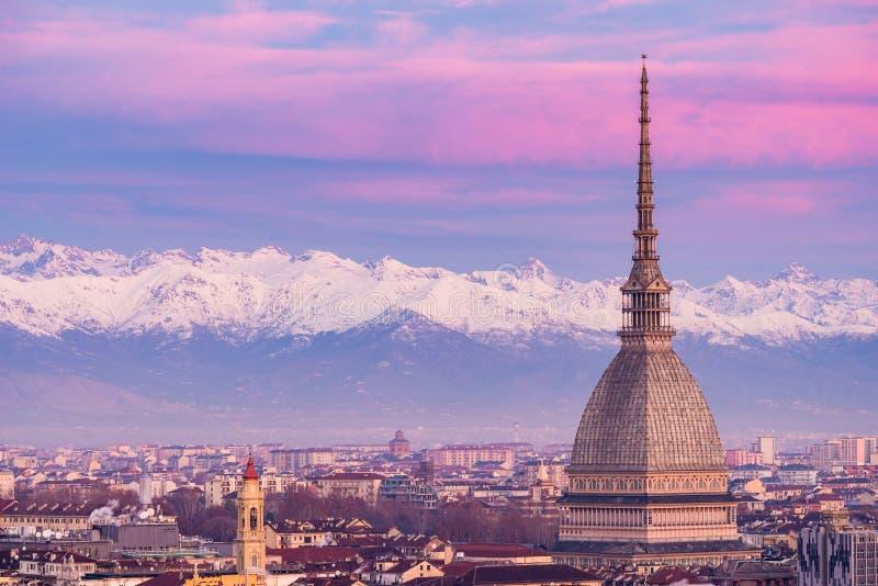 Turijn Turijn, Italië: cityscape bij zonsopgang met details van de Mol Antonelliana torenhoog over de stad Toneel kleurrijk licht stock afbeelding